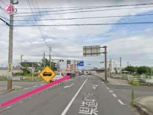 隼人工業交差点左折後、線路を通過