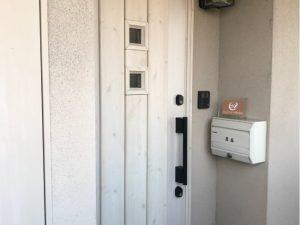 入口は、白を基調とした木製の可愛いデザインです。