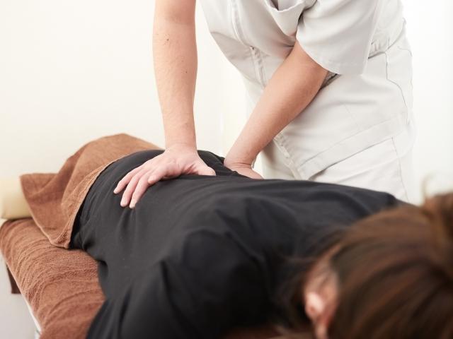骨盤の歪みを整えて筋肉のこわばりをほぐす施術で改善します